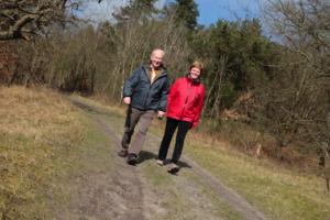Echtpaar-wandelt-in-het-bos